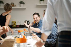 Beim gemeinsamen Mittagessen kommt auch der Spaß nicht zu kurz