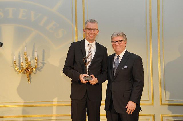 Christian Mussmann bekommt den Stevie Award überreicht
